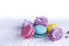 Marshmallow και macaroons Στοκ φωτογραφίες με δικαίωμα ελεύθερης χρήσης