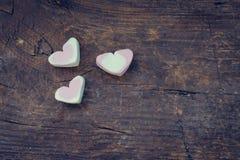 Marshmallow καρδιών στο ξύλινο υπόβαθρο Στοκ εικόνες με δικαίωμα ελεύθερης χρήσης