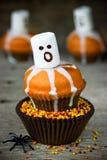 Marshmallow κολοκύθας σοκολάτας αποκριών muffins φαντασμάτων για το τέχνασμα Στοκ Εικόνα