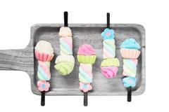 Marshmallow κόλλα στους ξύλινους τόνους κρητιδογραφιών πιάτων ζωηρόχρωμους στοκ φωτογραφίες με δικαίωμα ελεύθερης χρήσης