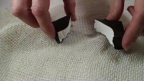 Marshmallow με τα σπασίματα σοκολάτας στα χέρια της γυναίκας απόθεμα βίντεο