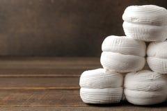 Marshmallow branco doce em uma tabela de madeira marrom com espaço para a inscrição fotos de stock royalty free
