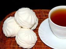 Marshmallow Marshmallow branco Marshmallows da baunilha Um copo do chá Marshmallows da baunilha e um copo do chá Sobremesa pastry fotos de stock royalty free