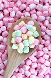 Marshmallow colorido na colher de madeira Imagem de Stock Royalty Free