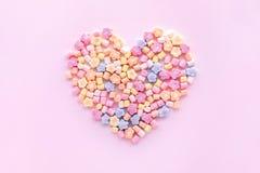 Marshmallow colorido na forma do coração Partido e celebração Textura decorativa do fundo imagens de stock royalty free