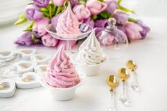 Marshmallow cor-de-rosa delicado da maçã, feito à mão contra o contexto de tulipas bonitas felicite sinal da atenção fotos de stock