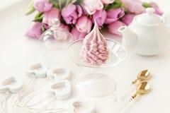 Marshmallow cor-de-rosa delicado da maçã, feito à mão contra o contexto de tulipas bonitas fotografia de stock
