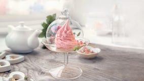Marshmallow cor-de-rosa delicado da ma?? feito ? m?o em um vaso transparente de vidro felicite sinal da aten??o Marshmallow, sobr fotos de stock