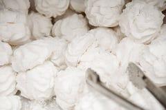 Marshmallow delicioso branco do ar da baunilha com açúcar pulverizado fotografia de stock royalty free