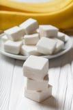 Marshmallow e banana na tabela Imagens de Stock Royalty Free