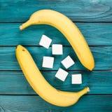 Marshmallow e banana na tabela Foto de Stock
