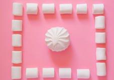 Marshmallow em um fundo cor-de-rosa Fotografia de Stock