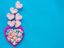 Marshmallow em um quadro do coração no dia do ` s do Valentim Imagens de Stock Royalty Free