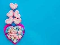 Marshmallow em um quadro do coração no dia do ` s do Valentim Fotos de Stock
