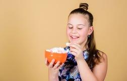 Marshmallow Godisen shoppar Sund mat och tandv?rd Banta och kalori Gottegrisbegrepp Den lilla flickan  fotografering för bildbyråer