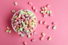 Marshmallow i bunke på rosa bakgrund Royaltyfri Fotografi