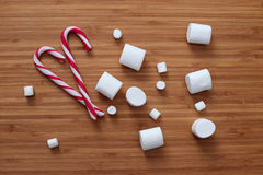 Marshmallow i cukierki trzciny Zdjęcia Royalty Free