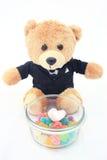 Marshmallow i cukierki z niedźwiadkową lalą w smokingu odizolowywającym Fotografia Royalty Free