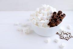 Marshmallow i cynamon w pucharze na białym tle Zdjęcia Stock