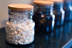 Marshmallow i en glass krus på en oskarp bakgrund arkivfoton