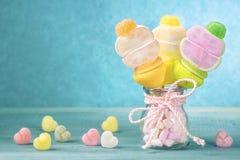 Marshmallow kije w małym szkle zdjęcia stock