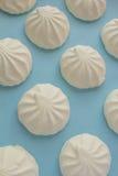 Marshmallow na błękitnym tle Zdjęcie Stock