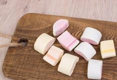 Marshmallow na drewnianej desce Obrazy Royalty Free