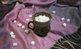Marshmallow no copo de café foto de stock