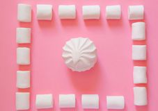 Marshmallow på en rosa bakgrund Arkivbild