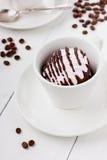Marshmallow (sefir) med kaffe på en vit kopp Fotografering för Bildbyråer