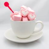 Marshmallow serca w filiżance na bielu Zdjęcia Stock