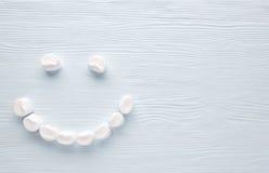 Marshmallow Smiley σε ένα ελαφρύ υπόβαθρο Στοκ εικόνα με δικαίωμα ελεύθερης χρήσης