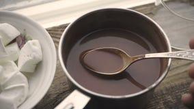 Marshmallow w ceramicznym kakao w saute niecce na drewnianym stojaku i pucharze zbiory wideo