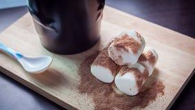 Marshmallow z kakao na drewnianym tle Zdjęcia Royalty Free