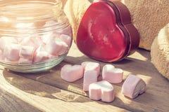 Marshmallow z serca pudełkiem na drewnianym stole, rocznika filtr Fotografia Stock