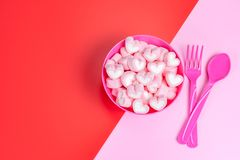 Marshmallower i den rosa bunken Royaltyfri Bild