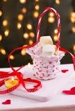 Marshmallower i en korg Fotografering för Bildbyråer