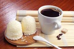 Marshmallower med kokosnötter och koppen kaffe Arkivbilder