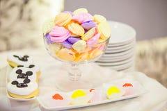 Marshmallower och andra sötsaker på en partitabell Arkivfoton