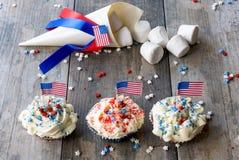 Marshmallower och muffin med amerikanska flaggan för 4th Juli Arkivfoton