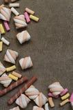 Marshmallower på texturerad bakgrund Royaltyfri Bild