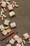Marshmallower på texturerad bakgrund Arkivbild