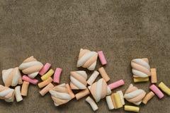 Marshmallower på texturerad bakgrund Royaltyfri Fotografi