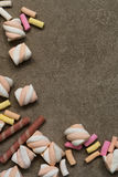 Marshmallower på texturerad bakgrund Arkivbilder