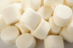 Marshmallower på vit bakgrund Arkivfoton