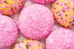 Marshmallowkakor med Sugar Sprinkles Arkivbilder