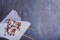 Marshmallowmarshmallow med pinnar royaltyfria foton