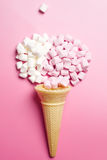 Marshmallows και κώνος βαφλών Στοκ φωτογραφία με δικαίωμα ελεύθερης χρήσης