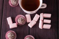Marshmallows και σοκολάτα λέξης Με αγάπη από Στοκ φωτογραφία με δικαίωμα ελεύθερης χρήσης