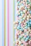 Marshmallows σε ένα ριγωτό υπόβαθρο στοκ φωτογραφία με δικαίωμα ελεύθερης χρήσης